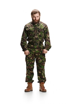 Jovem soldado do exército vestindo uniforme de camuflagem