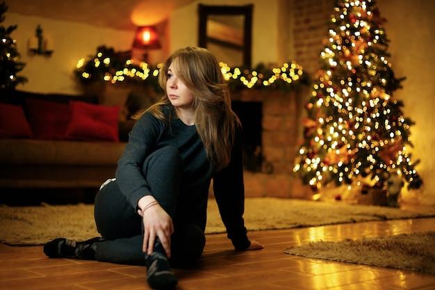 Jovem solitária entediada na véspera de ano novo