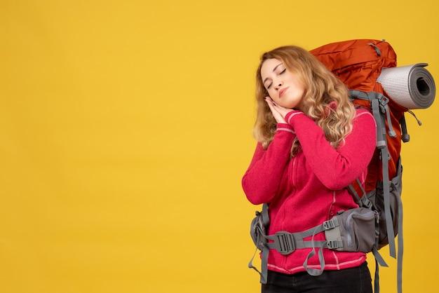 Jovem sonolenta e viajando recolhendo sua bagagem