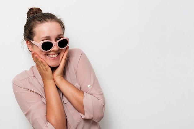 Jovem sorridente com óculos de sol
