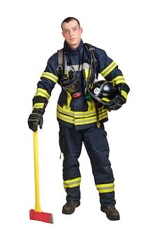 Jovem sorridente com uniforme de bombeiro