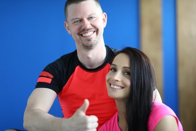 Jovem sorridente esportes homem e mulher