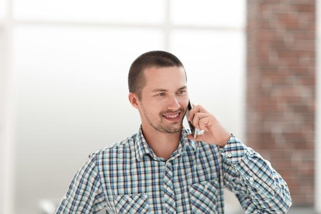 Jovem sorridente falando no celular.