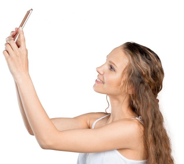 Jovem sorridente fazendo selfie foto no smartphone