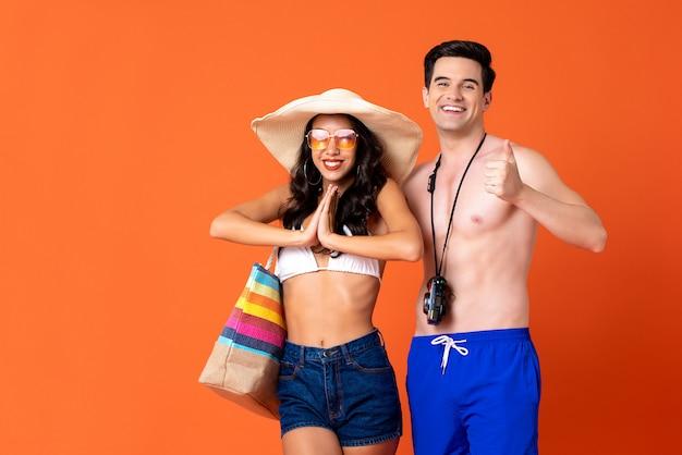 Jovem sorridente feliz casal turistas em trajes de verão casual