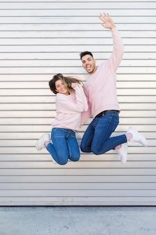 Jovem sorridente homem e atraente mulher feliz se divertindo