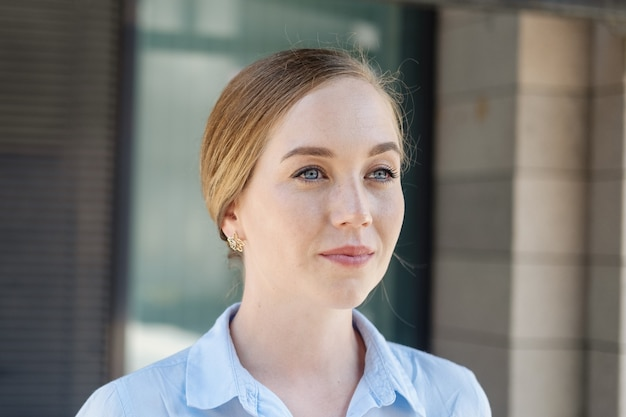 Jovem sorridente mulher de negócios andar na cidade. foto de alta qualidade
