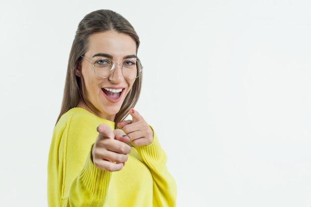 Jovem sorridente mulher emocional aponta para você