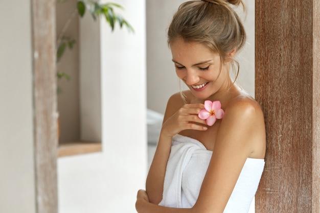 Jovem sorridente na toalha