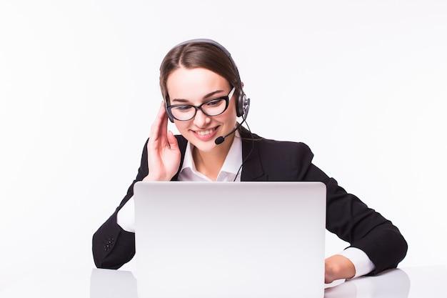 Jovem sorridente no atendimento ao cliente com um fone de ouvido no local de trabalho, isolado no branco