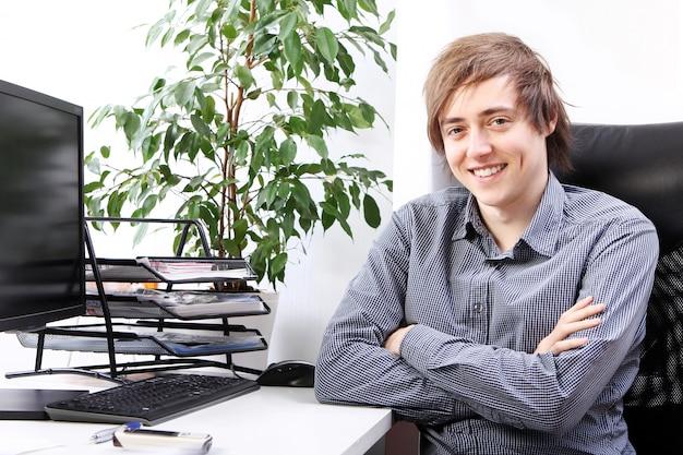 Jovem sorridente no escritório