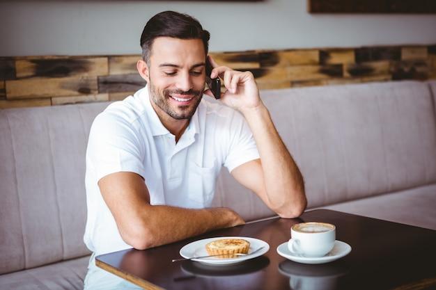 Jovem sorridente no telefone
