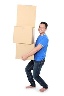 Jovem sorridente segurando caixas de papelão