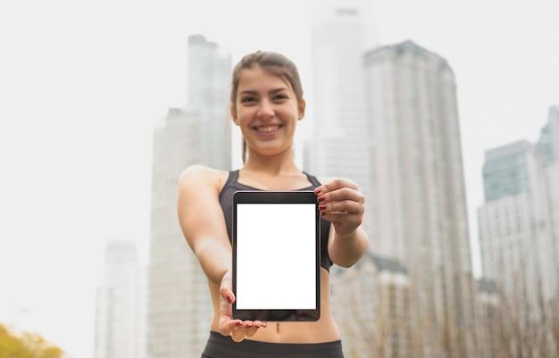 Jovem sorridente segurando o tablet