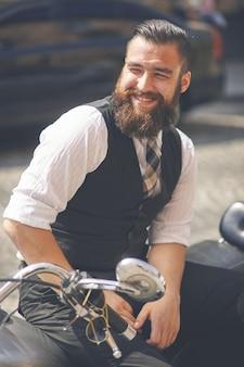 Jovem sorridente sentado em uma motocicleta
