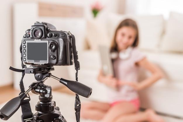 Jovem sorridente videobloger menina adolescente