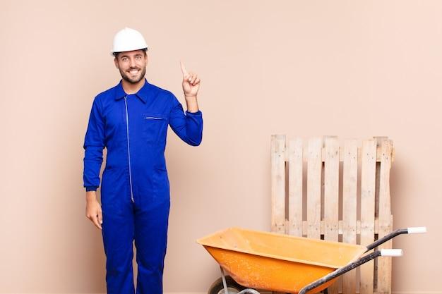 Jovem sorrindo alegre e feliz, apontando para cima com uma mão para copiar o conceito de construção do espaço