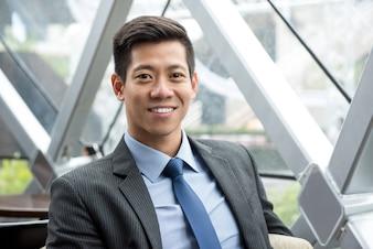 Jovem, sorrindo, bonito, asiático, Thai-Chinese, homem negócios