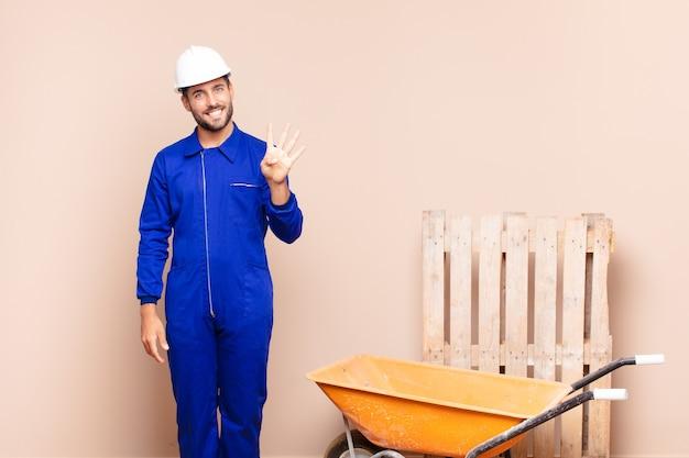 Jovem sorrindo e parecendo amigável, mostrando o número quatro ou o quarto com a mão para a frente, conceito de construção em contagem regressiva