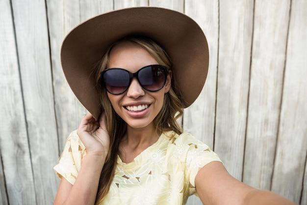 Jovem, sorrindo, mulheres, com, óculos, levando, um, selfie