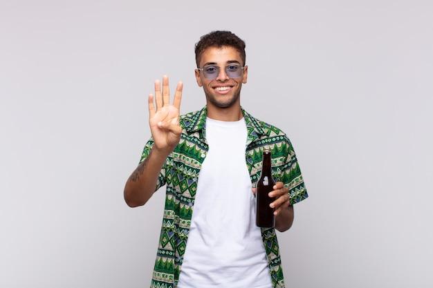 Jovem sul-americano sorrindo e parecendo amigável, mostrando o número quatro ou o quarto com a mão para a frente, em contagem regressiva