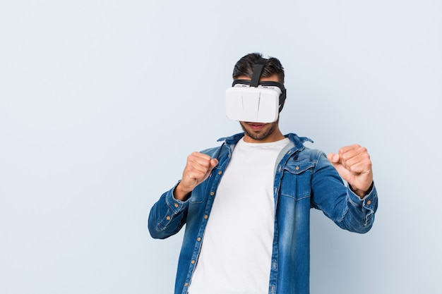 Jovem sul-asiático brincando com óculos de realidade virtual