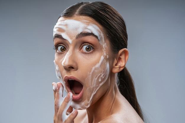 Jovem surpreendida com espuma no rosto
