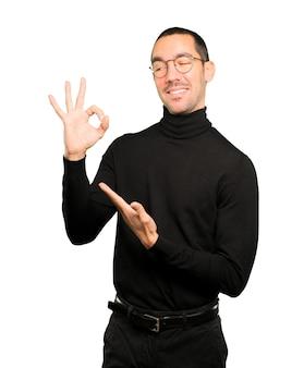 Jovem surpreso com um gesto de aprovação