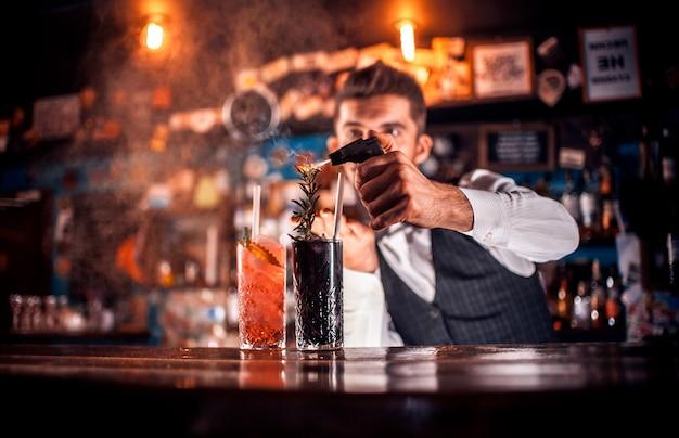 Jovem tapster fazendo um coquetel em bares de coquetéis