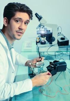 Jovem tecnologia masculina energética corrige dispositivo eletrônico