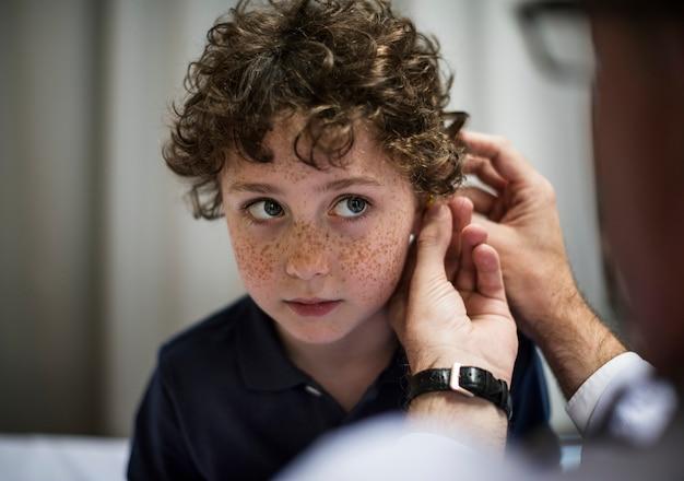 Jovem tendo suas orelhas verificadas