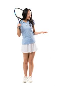 Jovem tenista asiática com expressão facial de surpresa