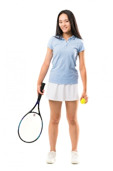 Jovem tenista asiática sobre parede branca isolada
