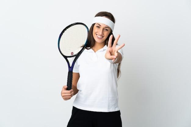 Jovem tenista em um fundo branco isolado feliz e contando três com os dedos