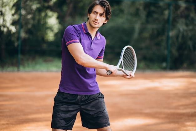 Jovem tenista na quadra
