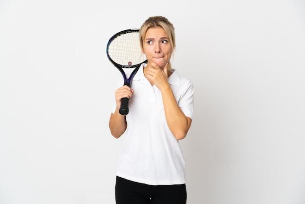 Jovem tenista russa isolada no fundo branco, tendo dúvidas e pensando