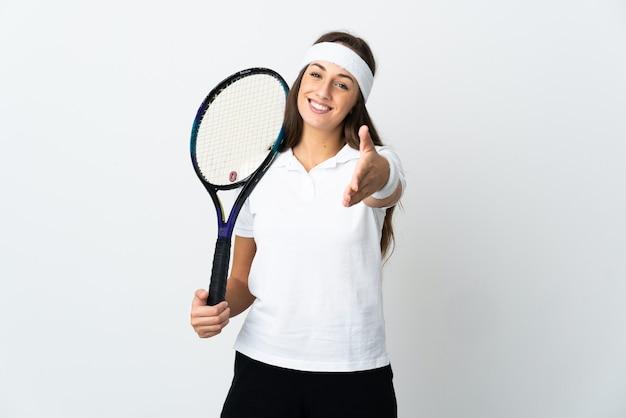 Jovem tenista sobre fundo branco isolado apertando as mãos para fechar um bom negócio