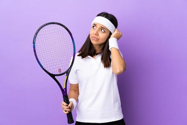 Jovem tenista sobre fundo isolado frustrado e cobrindo as orelhas