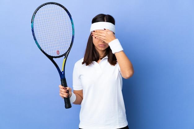Jovem tenista sobre isolado cobrindo os olhos pelas mãos. não quero ver algo