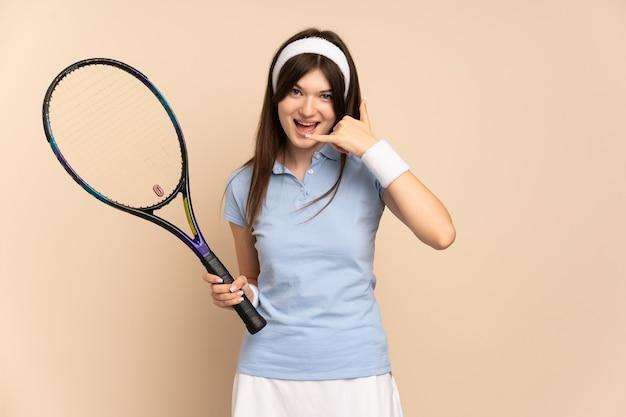 Jovem tenista sobre parede isolada, fazendo gesto de telefone. ligue-me de volta sinal