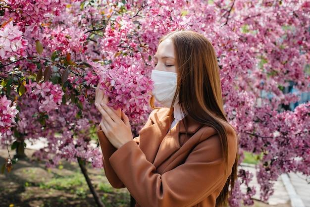 Jovem tira a máscara e respira profundamente após o final da pandemia no dia ensolarado de primavera