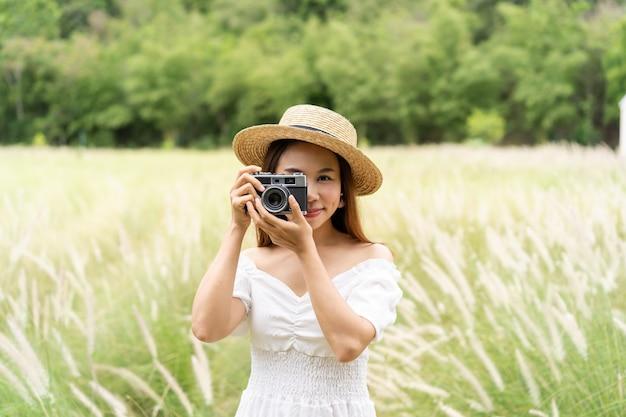 Jovem tirando fotos com uma câmera