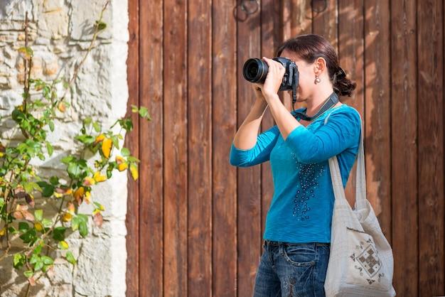 Jovem tirando fotos em uma vila tradicional do mediterrâneo
