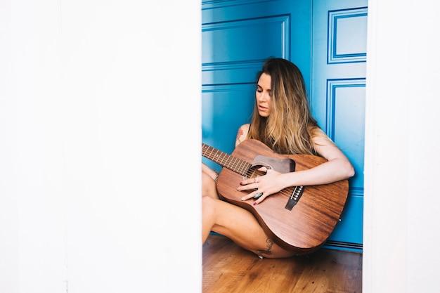 Jovem, tocando, guitarra, chão