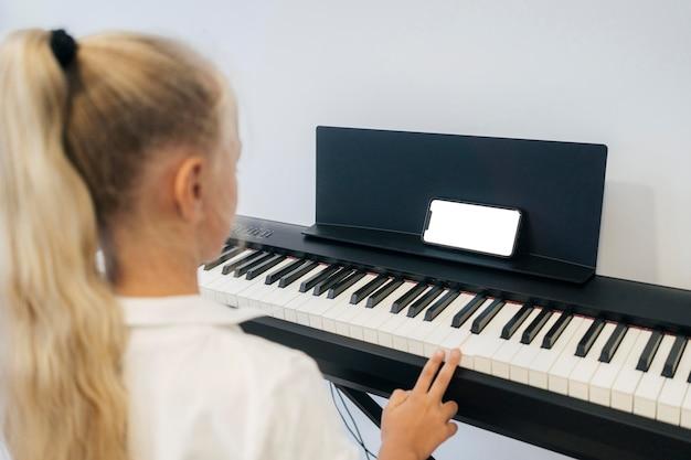 Jovem tocando instrumento de teclado
