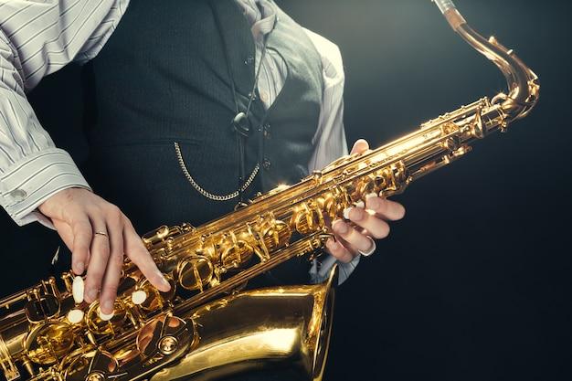 Jovem tocando saxofone