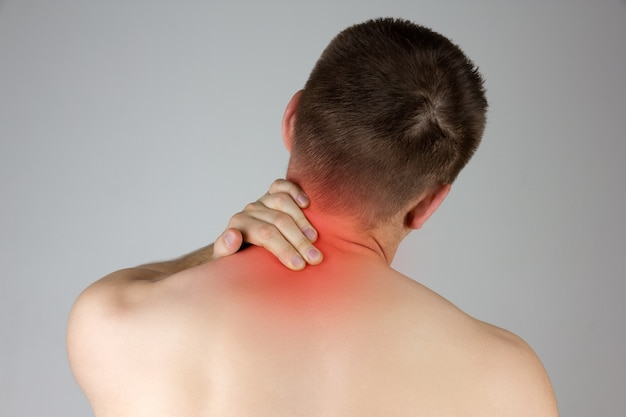 Jovem tocando seu pescoço para a dor