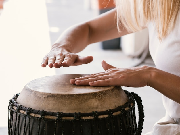 Jovem tocando tambor latino