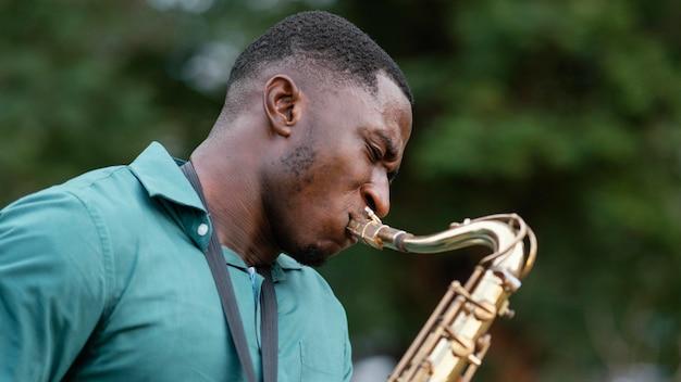 Jovem tocando um instrumento no dia internacional do jazz