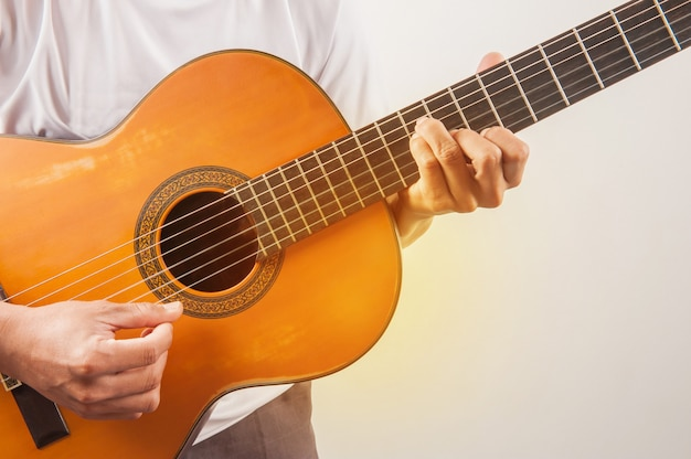 Jovem tocando violão clássico de música de relaxamento